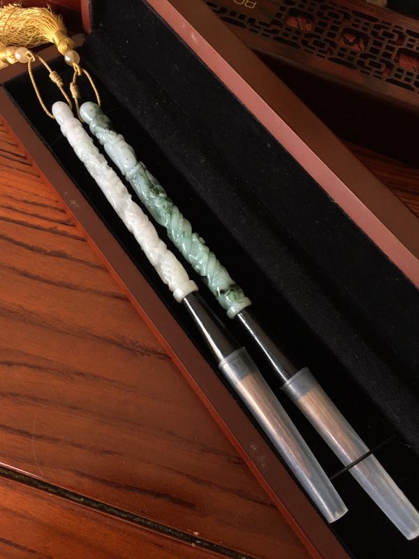 龙行天下毛笔 一对 尺寸长223毫米、翡翠长度140毫米 玉质水润 雕工精美