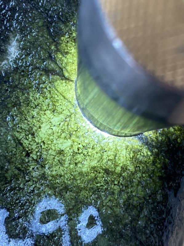 591克莫西沙断口种水料,皮壳老道油性足,手感粗糙,全身脱沙均匀,杠味十足,打灯水头表现非常好,性价