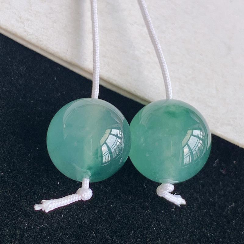 天然翡翠a货冰糯种圆,尺寸:11.7*11.2mm,冰润色正,工艺精美,上身高档奢华