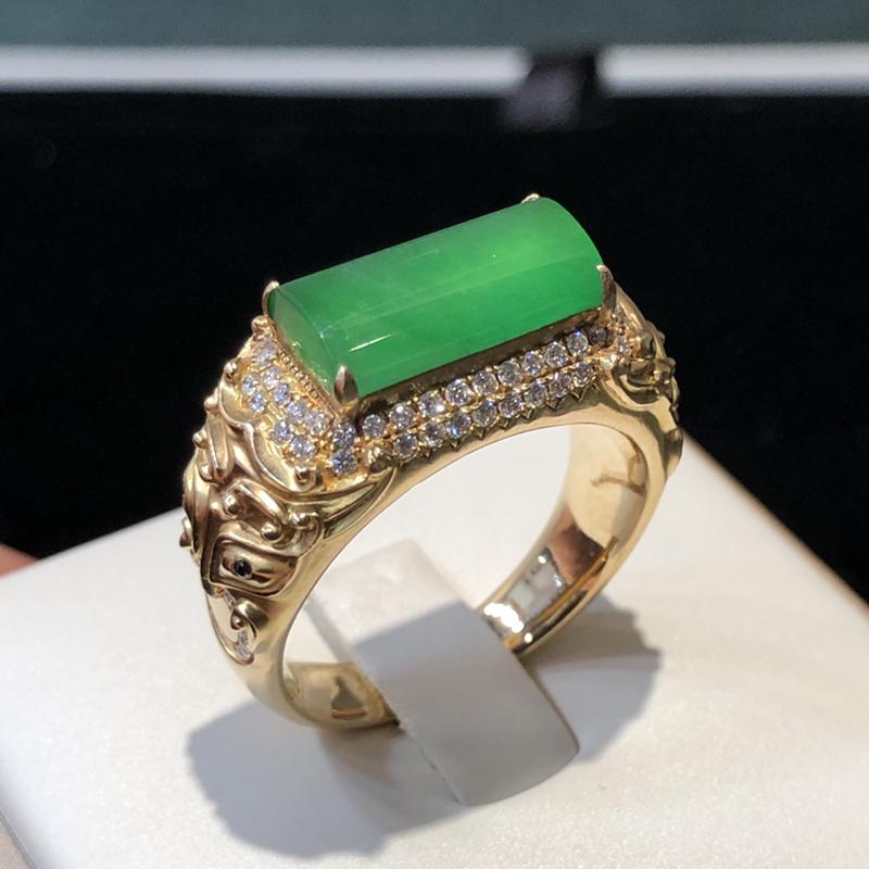 冰种阳绿翡翠戒指,种老冰润,色泽阳绿清爽,重金镶嵌,质感实在,设计独特魅力