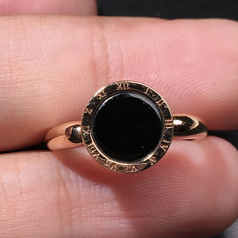 严选推荐老坑冰种墨翠圆饼女戒指,18k金镶嵌而成,品相佳,佩戴效果佳,尽显气质。种水上乘,肉质