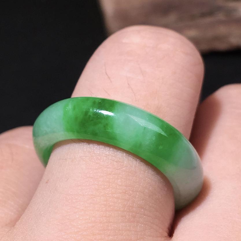 严选推荐老坑糯化种阳绿色飘花戒指圈,老坑种质,颜色鲜亮,色泽纯正。高性价比,值得入手。戒指内径