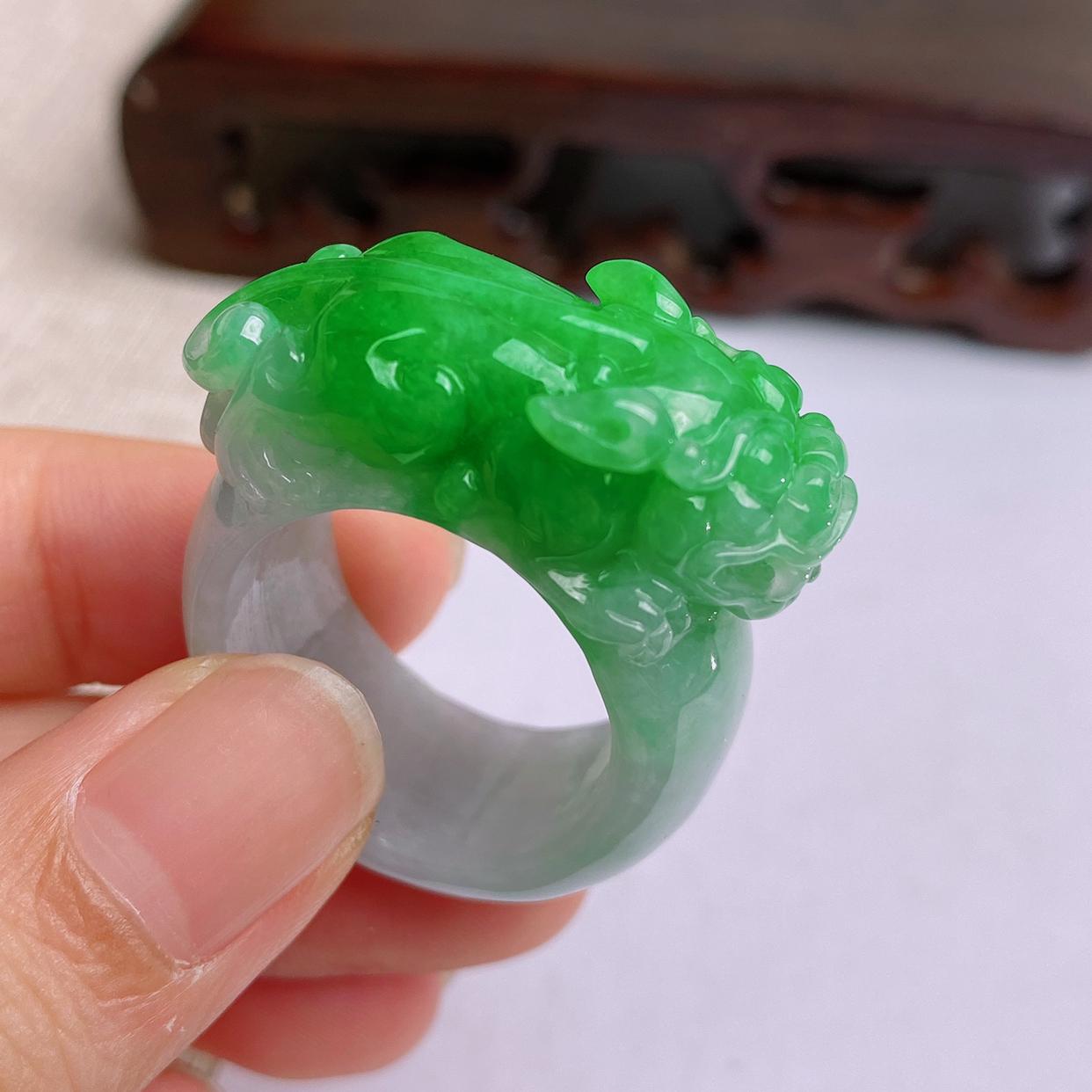 A货翡翠-种好飘绿招财貔貅扳指,尺寸-20.3*14.2*10.1mm24号
