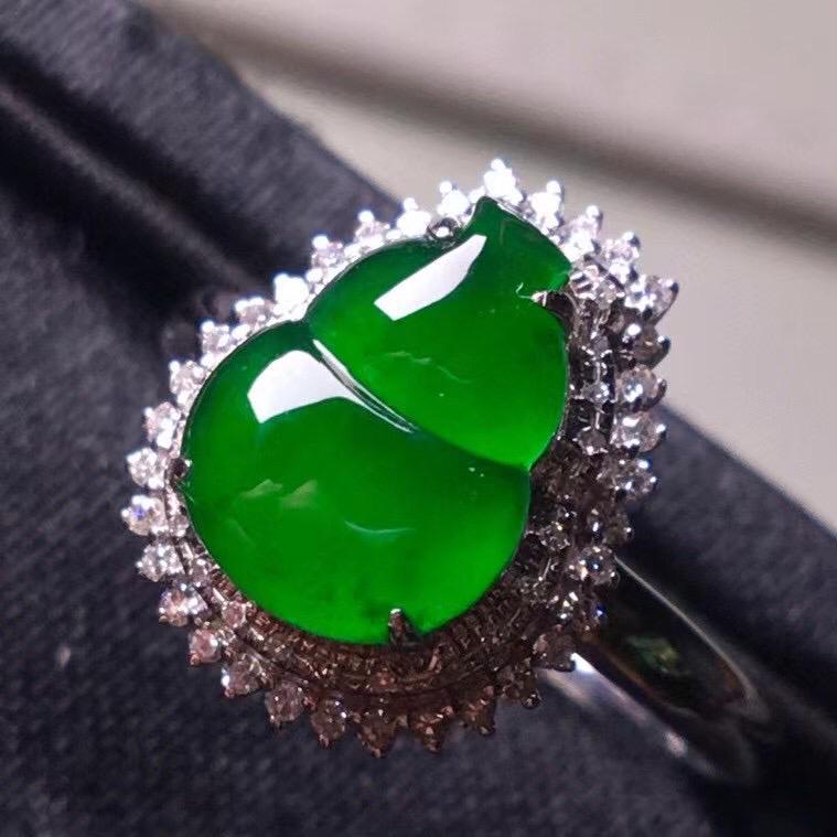 阳绿冰种葫芦戒指,真金真钻镶嵌,种水好,玉质细腻 .裸石尺寸  9.9*7.7*3.3