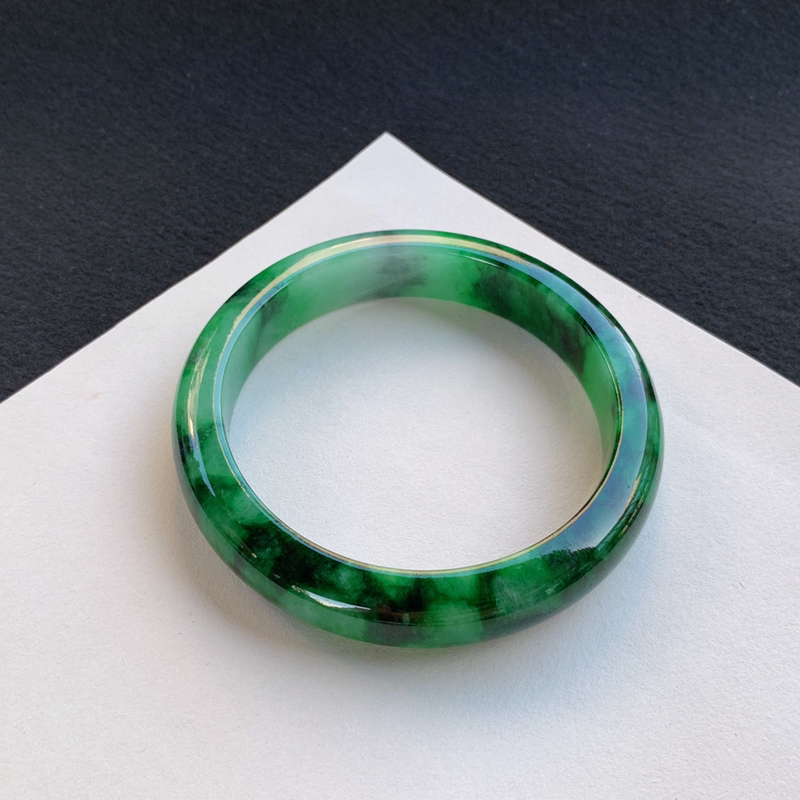 精美飘绿正圈手镯63.7mm 质地细腻,种好水润,清秀高雅, 佩戴效果迷人