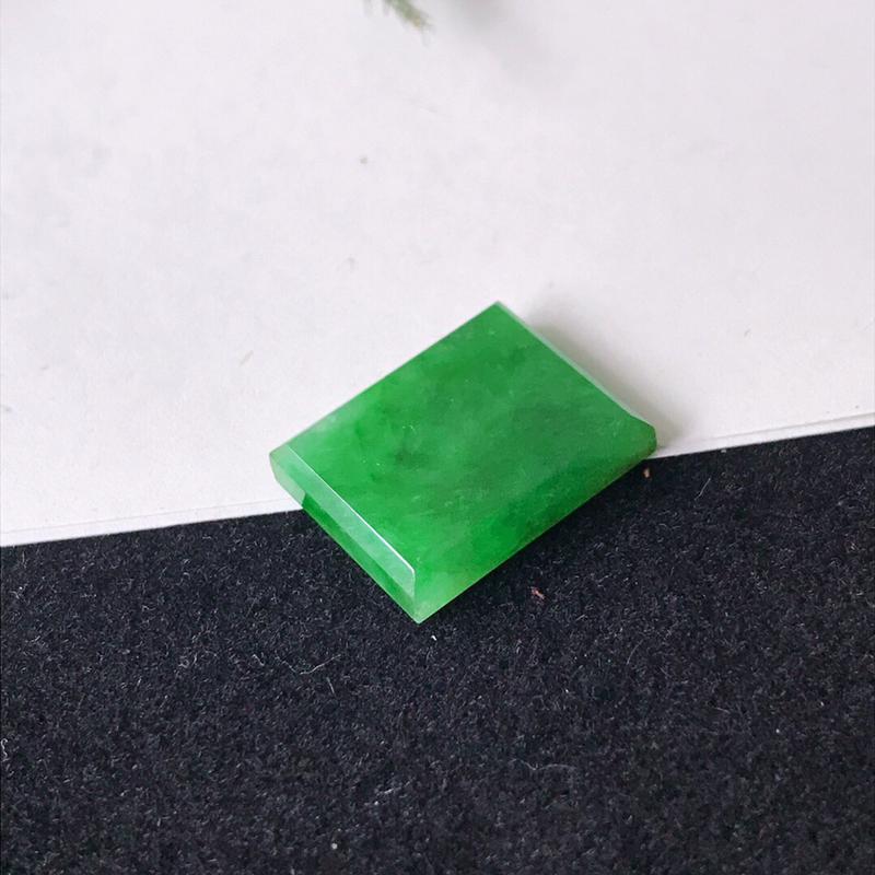 天然翡翠A货满绿无事牌戒面  规格:裸石尺寸 15/12/3mm 无纹裂编号nifengm 镶嵌佩戴