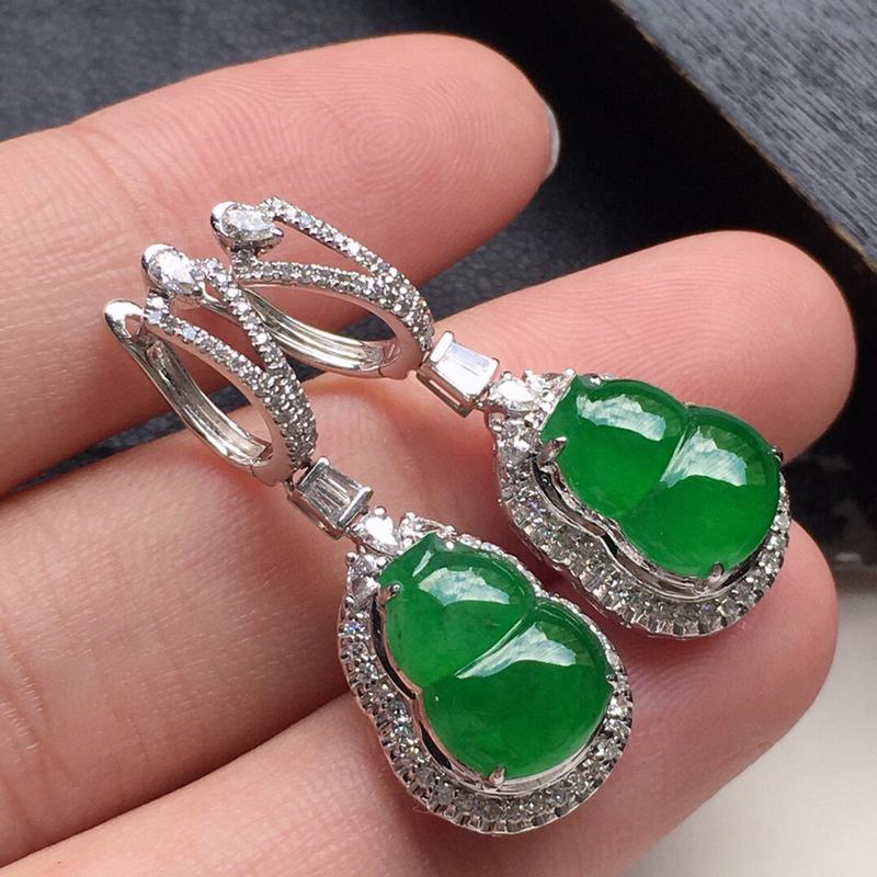 耳饰耳坠,翡翠18K金伴钻镶嵌满绿葫芦耳坠,自然光实拍,玉质细腻,雕工精美,佩戴送礼佳品,包金尺寸: