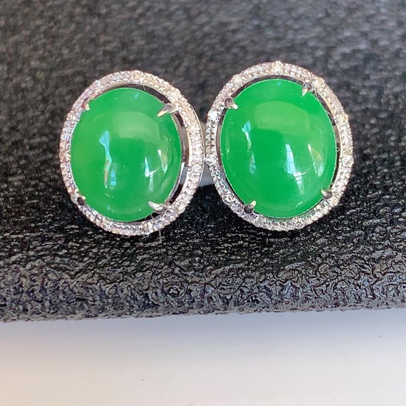 自然光实拍~18k金伴钻镶嵌满绿翡翠耳钉,沁人心脾,豪华镶嵌而成,佩戴效果大气出众,尽显气质。种水好