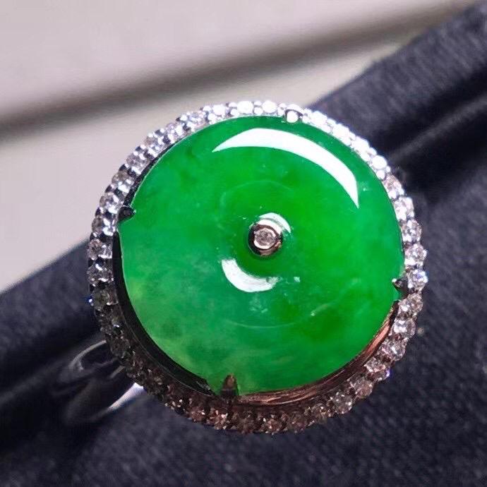 阳绿冰种平安扣戒指,真金真钻镶嵌,种水好,玉质细腻 .裸石尺寸  10.5*3.0