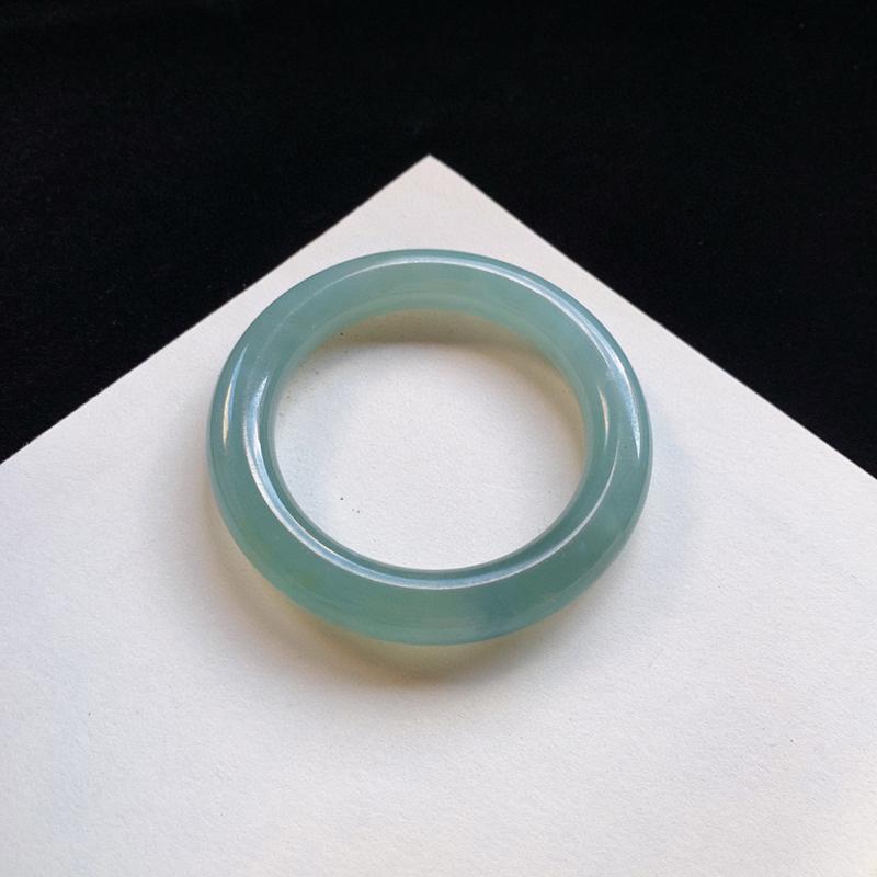 冰润胶感圆条手镯56.5mm 质地细腻,种好水润,清秀高雅, 佩戴效果迷人