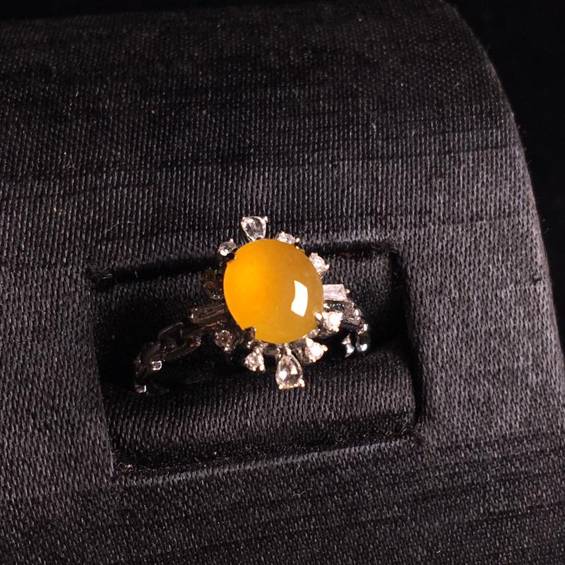 18k金伴钻镶嵌冰黄翡蛋面戒指,细腻冰透,色泽甜美,种色俱佳,佩戴精致时尚,裸石:8*7*3,整体: