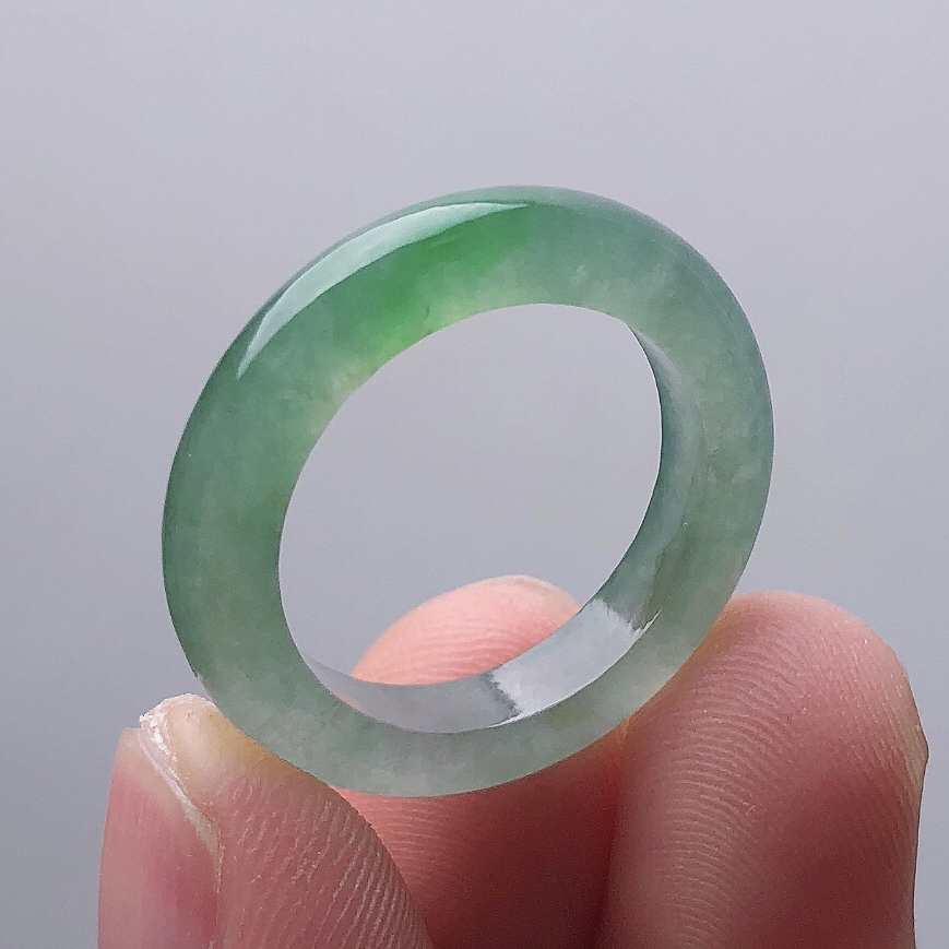 老坑种精美水润飘绿玉戒指 光感强 质地细腻 上手效果更佳 尊显高贵气质 商品尺寸 内径 18.8mm