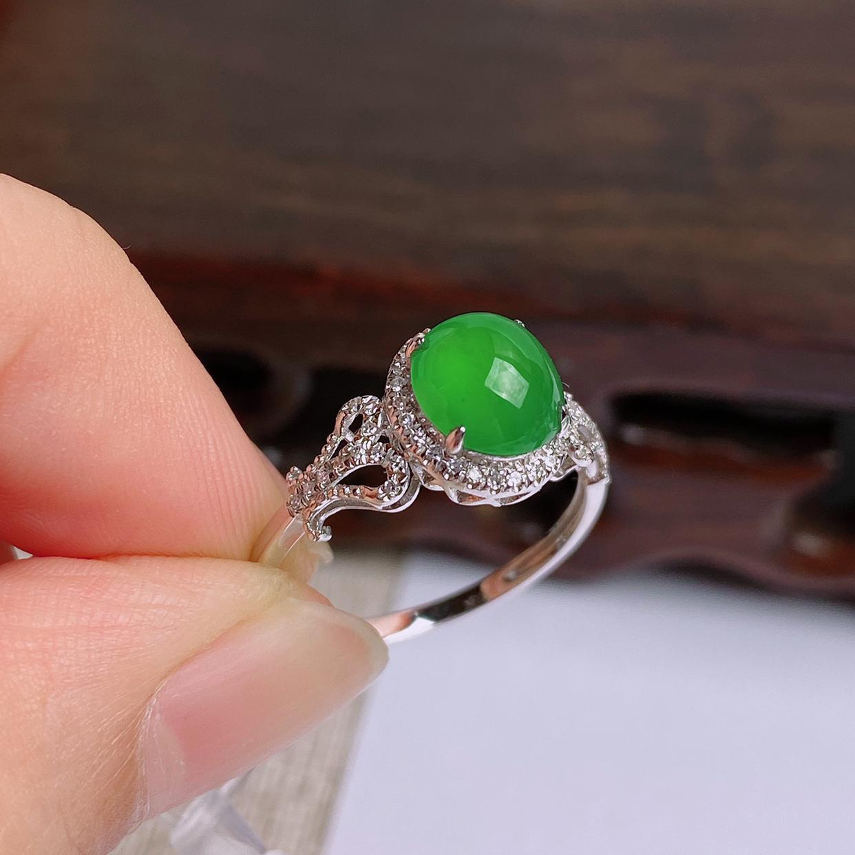 A货翡翠-种好满绿18K金伴钻蛋面戒指,尺寸-裸石7.6*6.8*3.8mm整体9.6*8.5*7.
