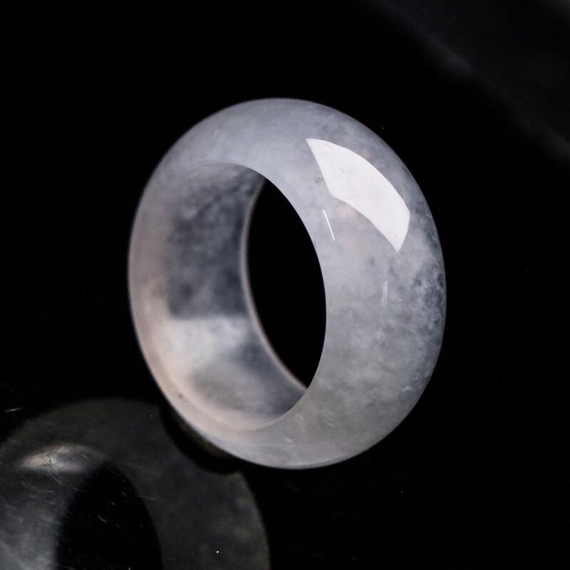 翡翠指环,莹亮光泽,玉质水润,上手佩戴优雅大方,尺寸:19.5*11.7*4.5mm戒指内径19.