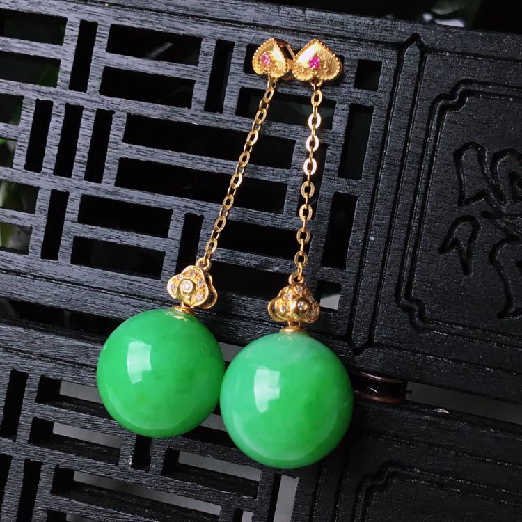 18k金伴钻镶嵌水润满绿玉珠耳坠   尺寸含扣长42.7mm裸石12.6mm  水头好,料子细腻,色