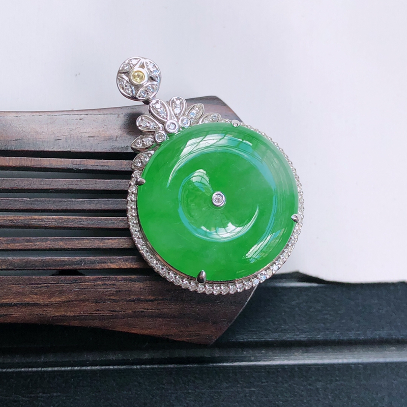 18k金伴钻镶嵌满绿平安扣吊坠,裸石19.4*4.6mm 雕工精细,玉质细腻水润,底色漂亮,种水好