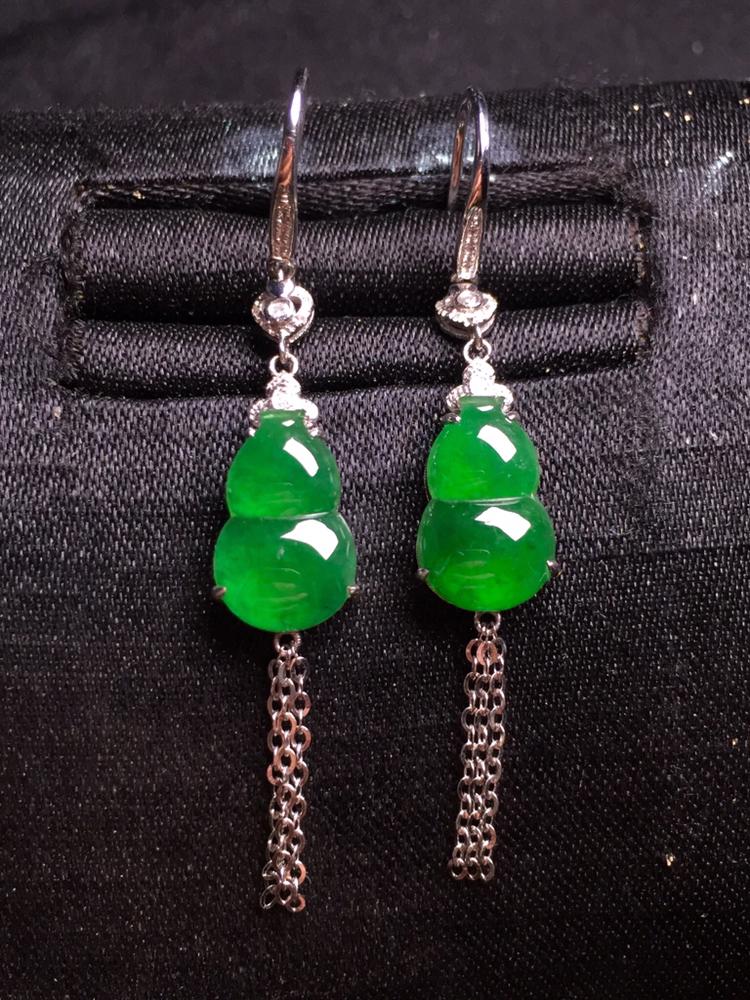 满绿葫芦耳坠,18k金豪华镶嵌,种水超好,玉质细腻。
