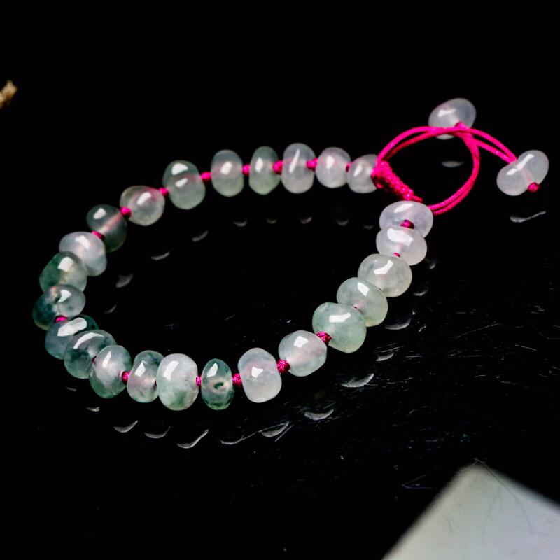 翡翠手串,共26颗珠子,取其中一颗珠尺寸大约8.9*5.8mm,亮丽秀气,玉质水润。上手佩戴效果高