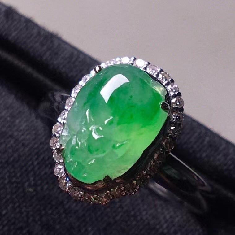 阳绿冰种貔貅戒指,真金真钻镶嵌,种水好,玉质细腻 .裸石尺寸  9.9*7.1*3.3