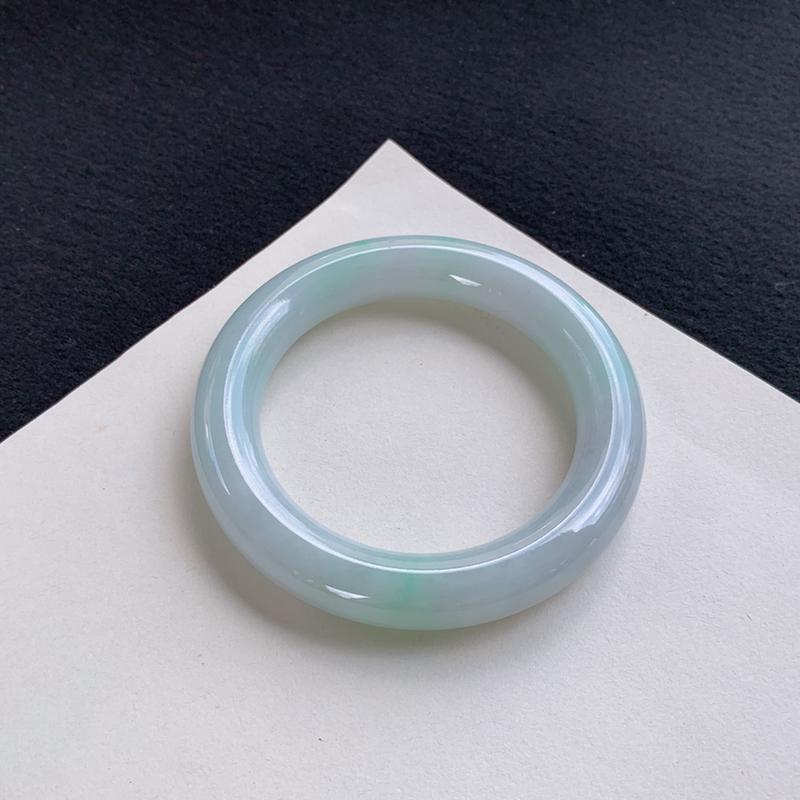 莹润飘绿圆条手镯54.7mm 质地细腻,种好水润,清秀高雅, 佩戴效果迷人