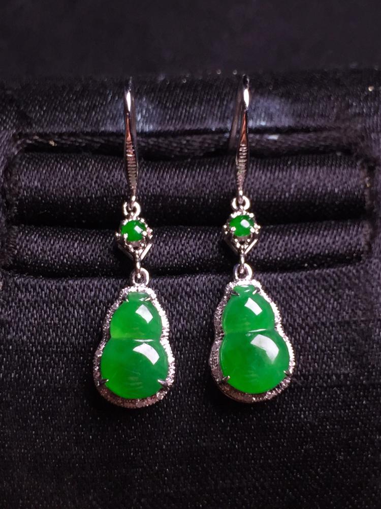 阳绿葫芦耳坠,18k金豪华镶嵌,种水超好,玉质细腻。