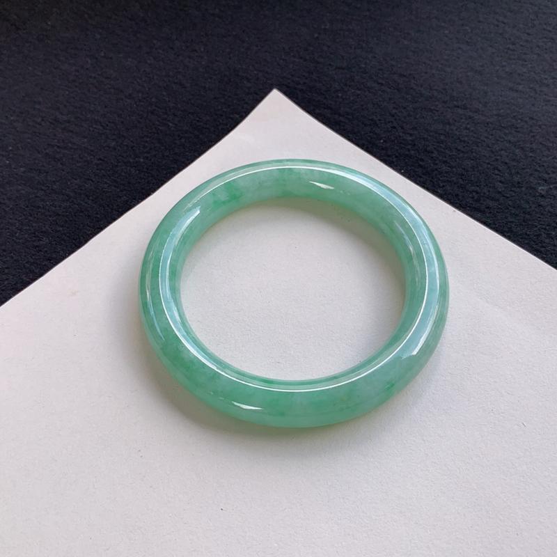 莹润飘绿圆条手镯56mm 质地细腻,种好水润,清秀高雅, 佩戴效果迷人