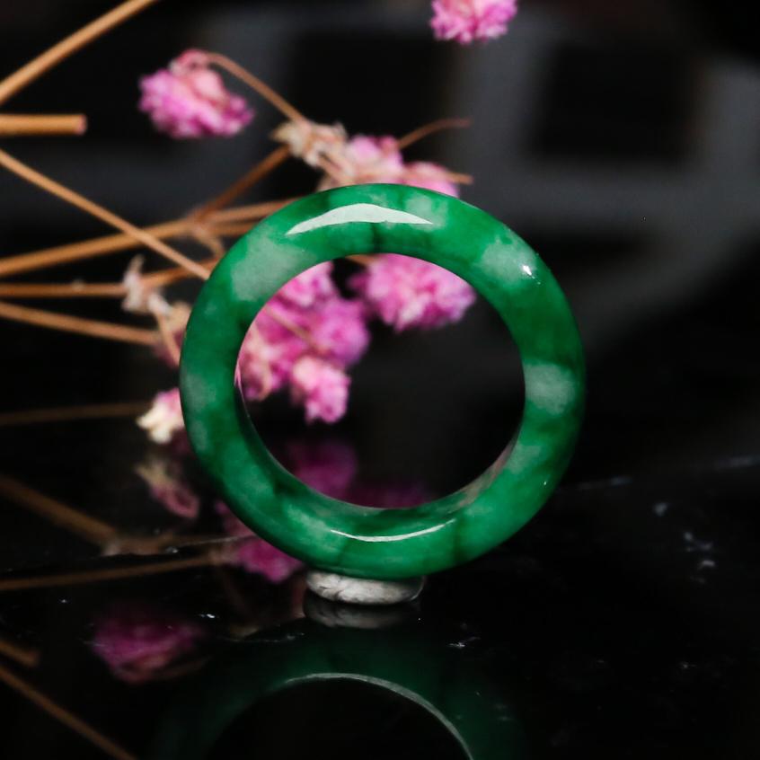 推荐收藏翡翠指环,色泽清新,端庄大方,佩戴效果优雅漂亮,尺寸17.2*5.7*3.7mm戒指内