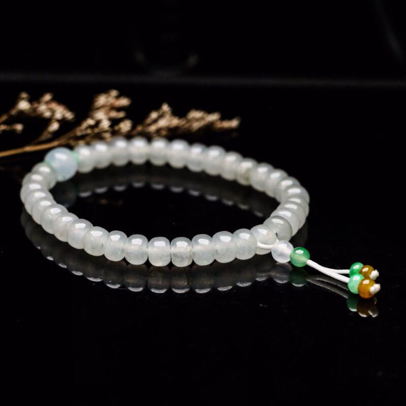 翡翠珠子手串,共44颗,取其中一颗珠尺寸大约6.5*4.5mm,莹润光泽,亮丽秀气。上手佩戴效果优