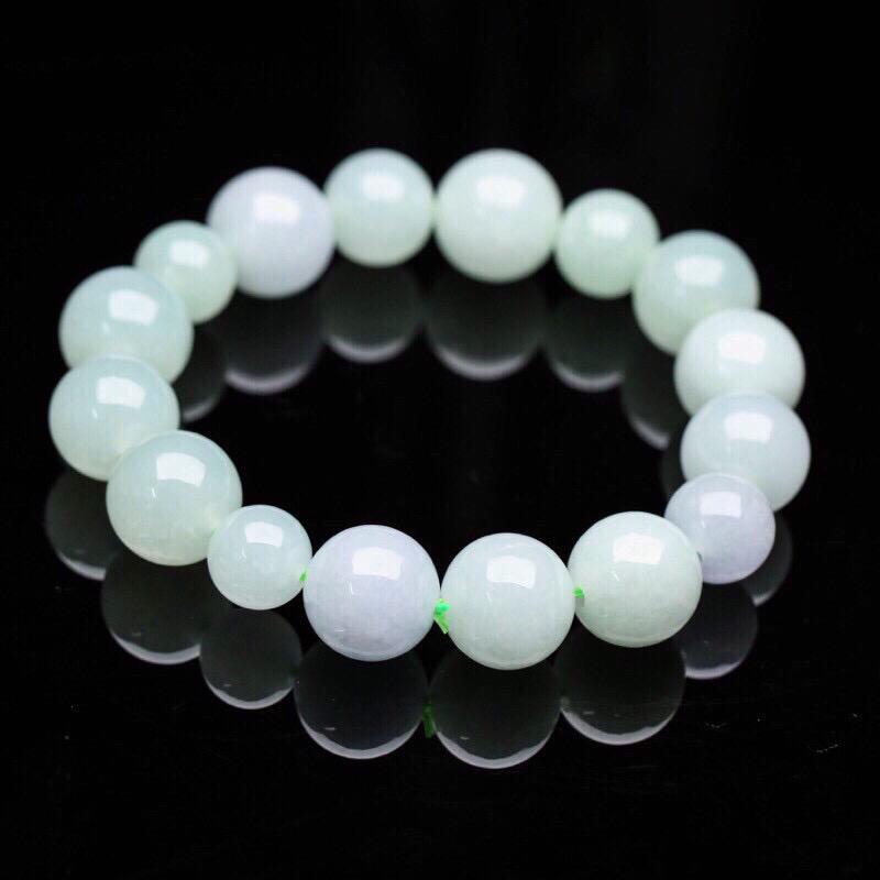 翡翠手串,共16颗珠子,取其中一颗珠尺寸大约13.9mm,亮丽秀气,玉质莹润,上手佩戴高贵大方。