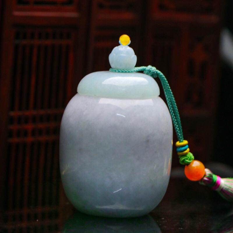 茶罐翡翠小摆件。款式别致,色泽清新,配珠为饰珠。有天然杂质,尺寸80.3*54.6mm。