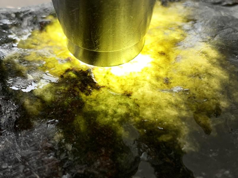 690克会卡蜡皮壳撬口料,皮壳较薄,打灯表现非常好,水头长,种老肉细,撬口处肉质发黑,可直接扒皮做货