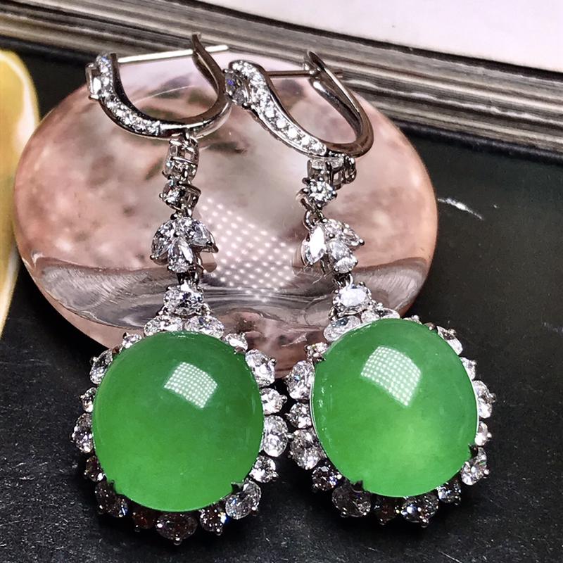行家货珍藏品质的满绿大蛋面耳坠。单个绿蛋做戒指也是大件的尺寸,满绿佳品,收藏品质,质地上乘,冰润