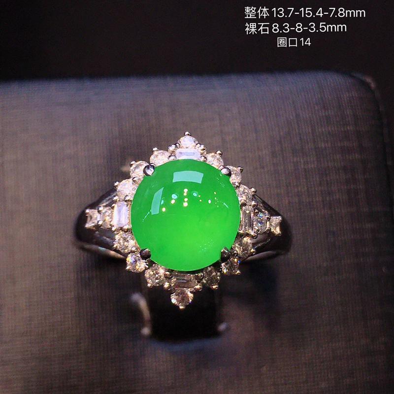 冰种阳绿色蛋面戒指,颜色靓丽,冰透圆润,细腻起胶,荧光四射,18K金豪华镶嵌钻石
