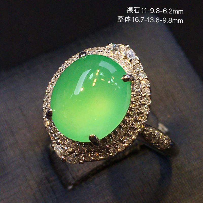 冰种满绿蛋面戒指,颜色靓丽,冰透圆润,饱满,圆鼓鼓,起荧光18K重金豪华镶嵌钻石