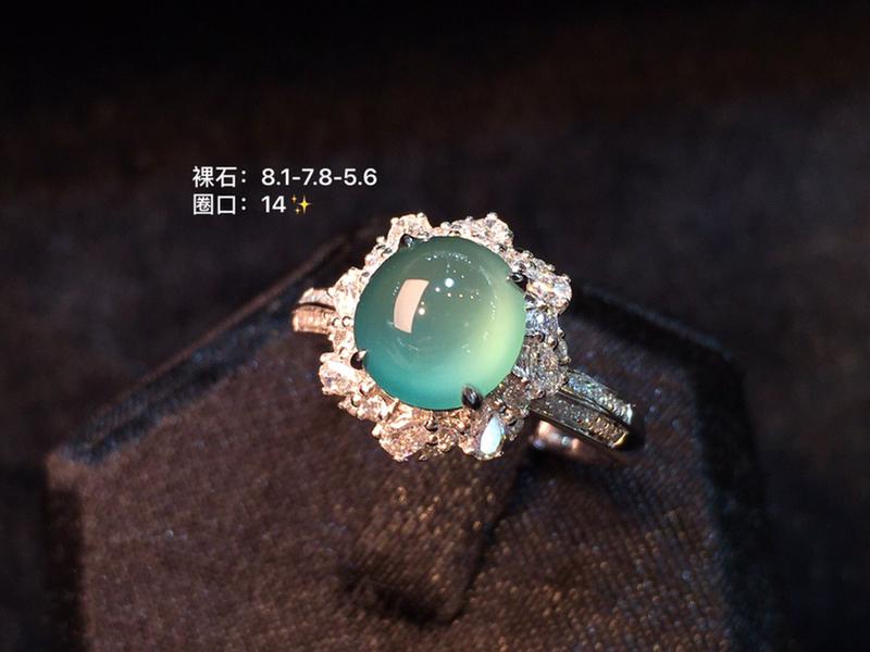 天空蓝蛋面戒指 玉露初成莹无痕  冰肌翠骨心中圆 万般的美好 凝成了这一方美玉