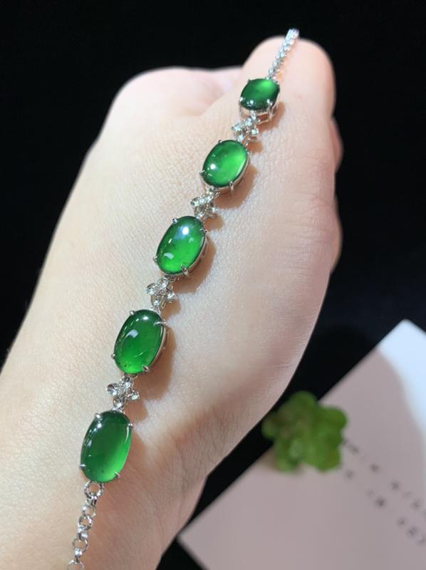 手链,满绿蛋面手链,18k金伴钻,颜色靓丽,佩戴精致,裸石规格:8.8-5.7-2.0