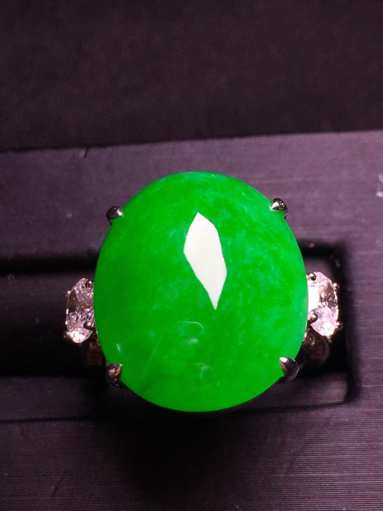 阳绿蛋面戒指,18k金豪华镶嵌,种水超好,玉质细腻。