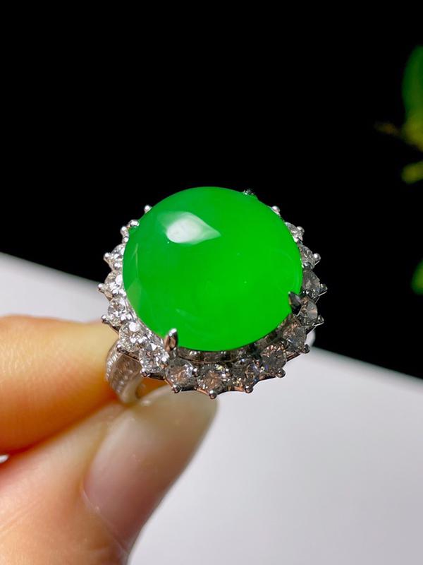 天然翡翠冰种辣绿大蛋面戒指 【尺寸】16.4(mm) 【裸石】14.6*14.4*5(mm) 色阳起