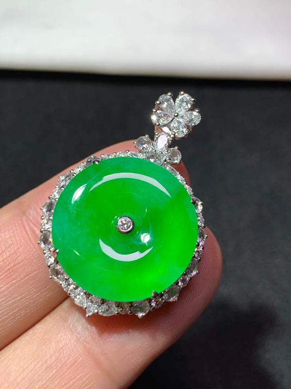 冰种满绿平安扣吊坠 18K金镶嵌 尺寸:19.8/4    种好冰透 色泽艳丽 款式精美