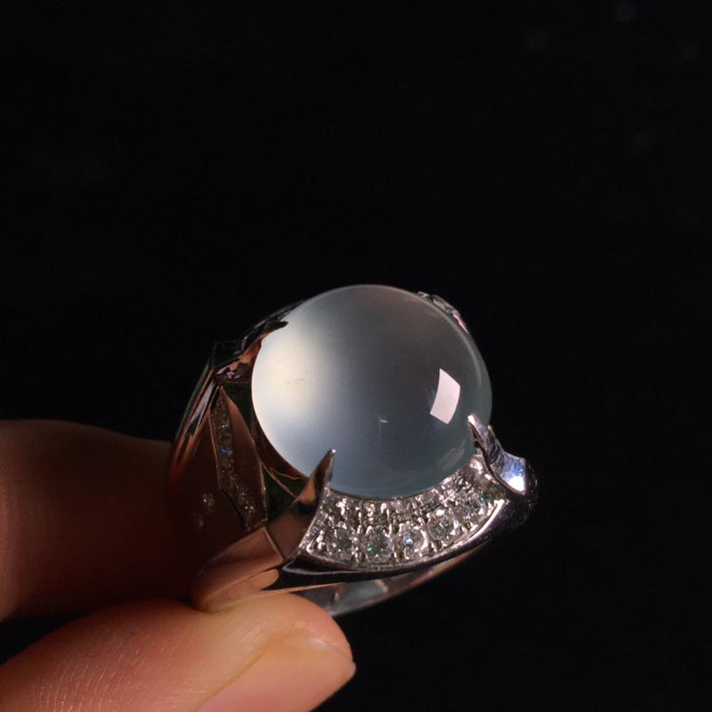 18k金伴钻镶嵌高冰蛋面戒指,细腻饱满圆润,冰润剔透起光,种水足,种好通透,佩戴大气,裸石:13*1
