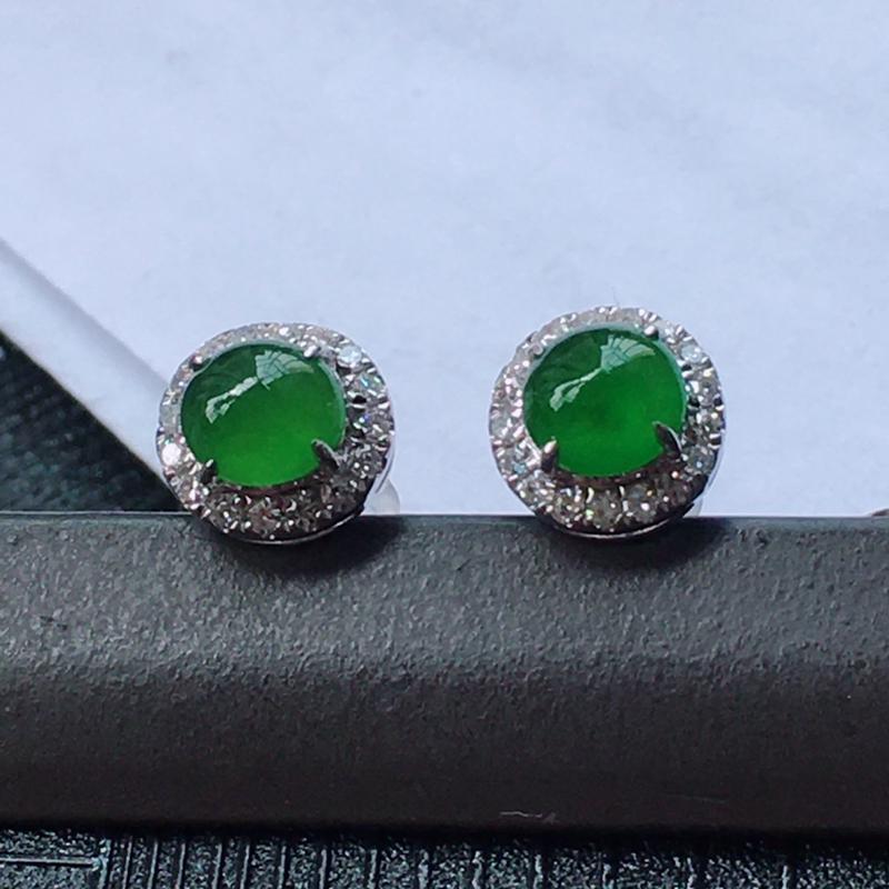 18K金伴钻镶嵌翡翠冰糯种满绿蛋面耳钉,种水好玉质细腻温润,颜色漂亮。裸石尺寸:4.6*4.5*3.