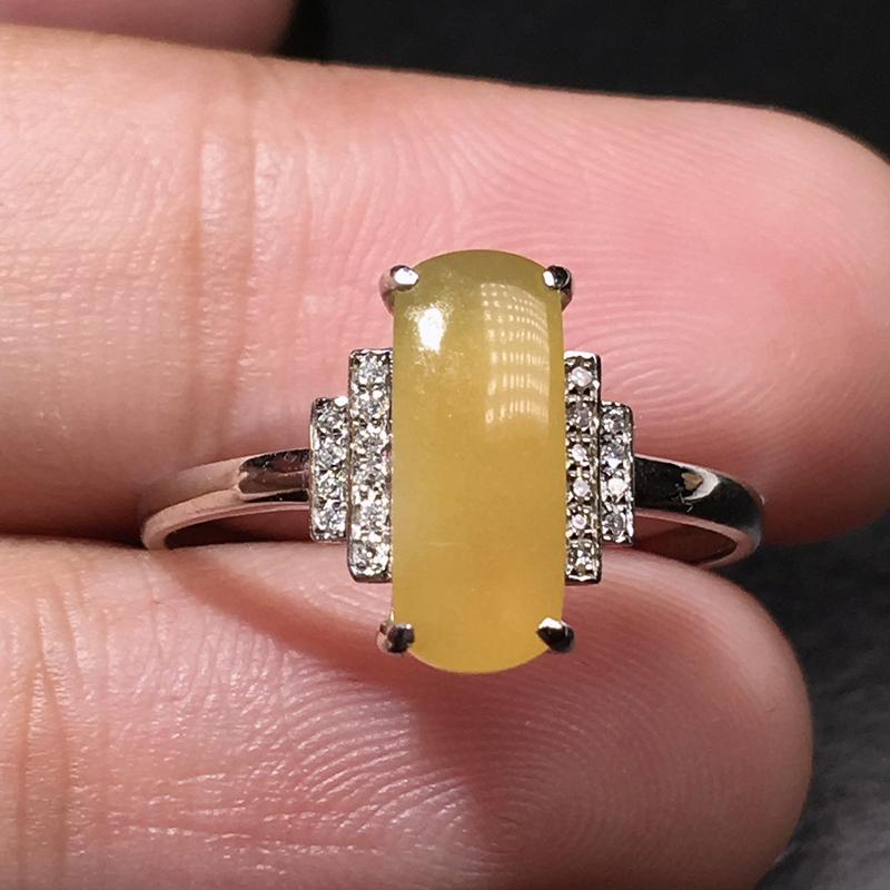 严选推荐老坑冰种鲜亮黄翡马鞍女戒指,18k金钻镶嵌而成,品相佳,佩戴效果佳,尽显气质。种水上乘