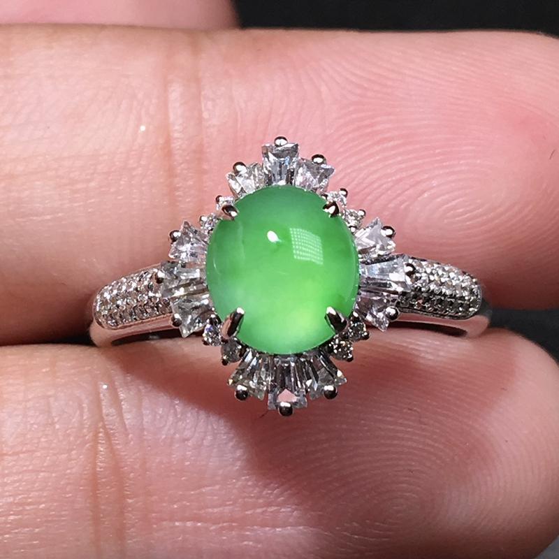严选推荐老坑冰种果阳绿色翡翠蛋面女戒指,18k金钻豪华镶嵌而成,品相佳,佩戴效果佳,尽显气质。