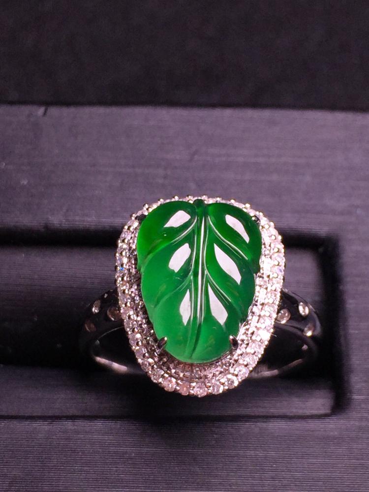 满绿玉叶戒指,18k金豪华镶嵌,种水超好,玉质细腻。