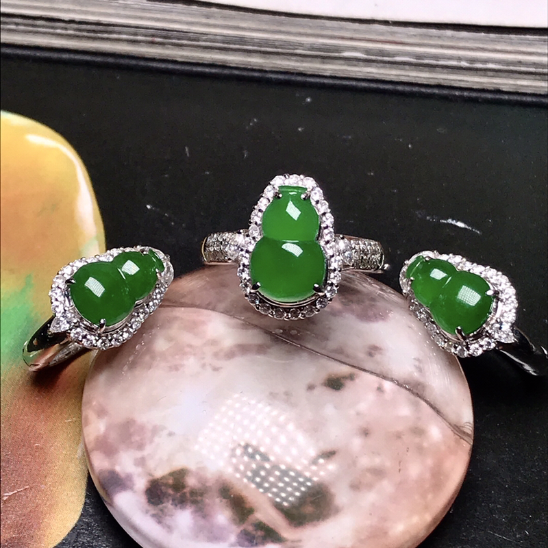 行家货冰种满绿葫芦戒指、耳钉套装。种水表现很好,冰透闪亮,种老起光,晶莹剔透。纯净度很高,没有杂