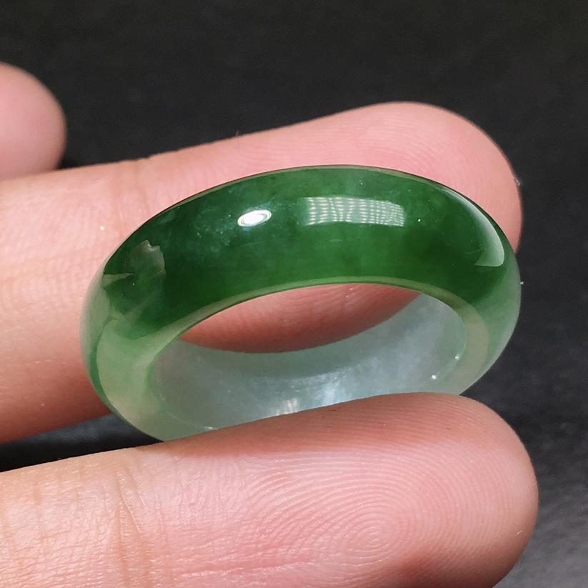 严选推荐老坑冰糯种晴绿色飘花戒指圈,种水上乘,冰感十足,胶感十足,盈润通透,起强玻璃光泽。颜色